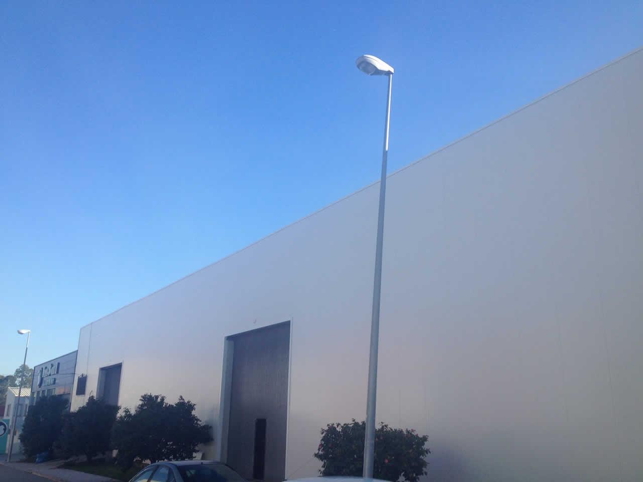 Revestimiento de fachada en nave industrial en Vilanova de Arousa