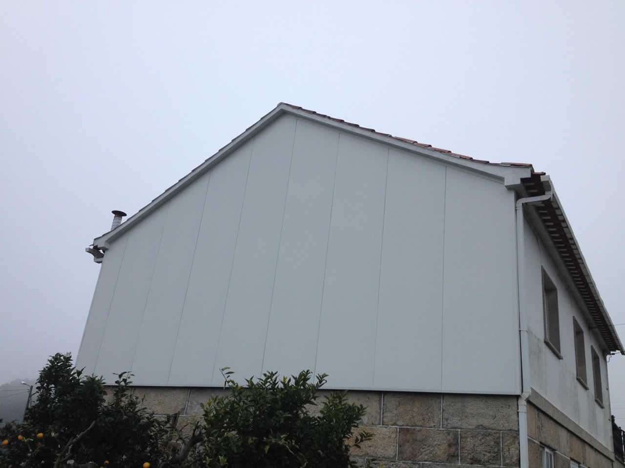 Revestimiento de pinche lateral con omega galvanizada y panel fachada de 40mm