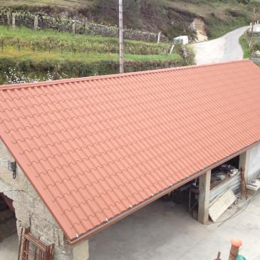 Construcción de dos cubiertas en panel teja en Verducido