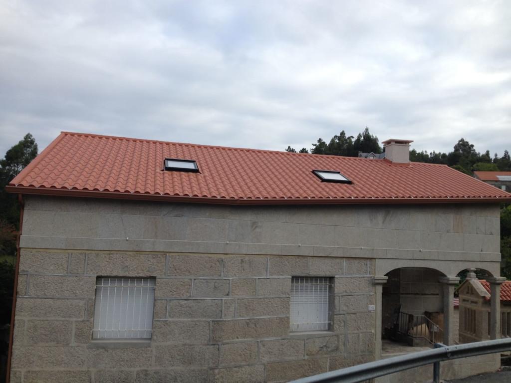Montaje de tejado de panel teja en pontevedra for Tejado panel sandwich
