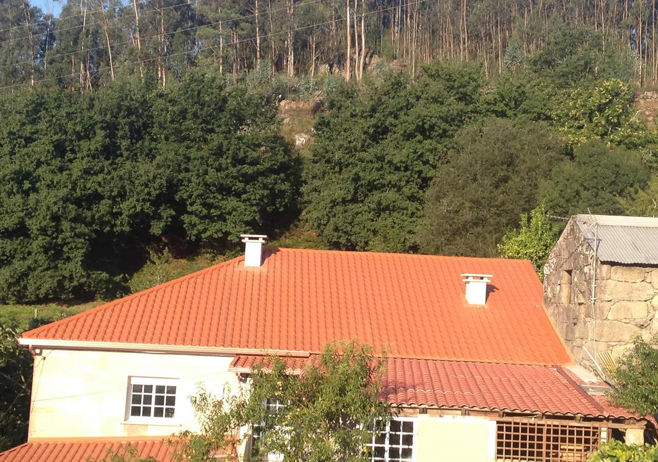 Montaje de cubierta de panel teja en vivienda unifamiliar