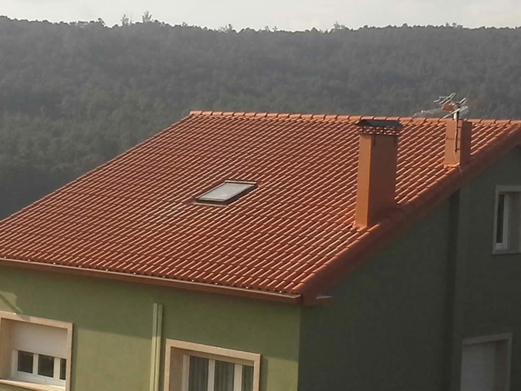 Construcci n de tejado de panel sandwich y teja en noia for Empresa de cubiertas y tejados