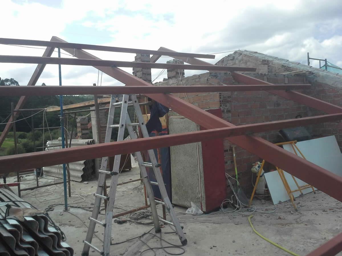 Construcci n de tejado de panel sandwich y teja en noia for Chapa imitacion teja sin aislamiento