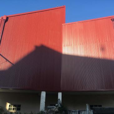 Revestimiento de fachada con omega galvanizada en Pontevedra