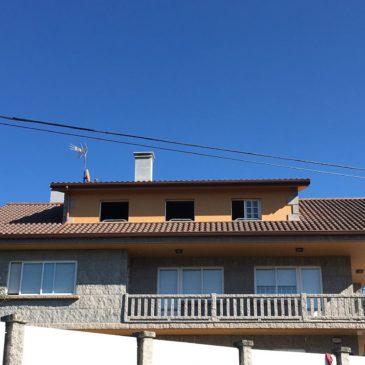 Construcción de tejado de tejas y panel en Figueirido