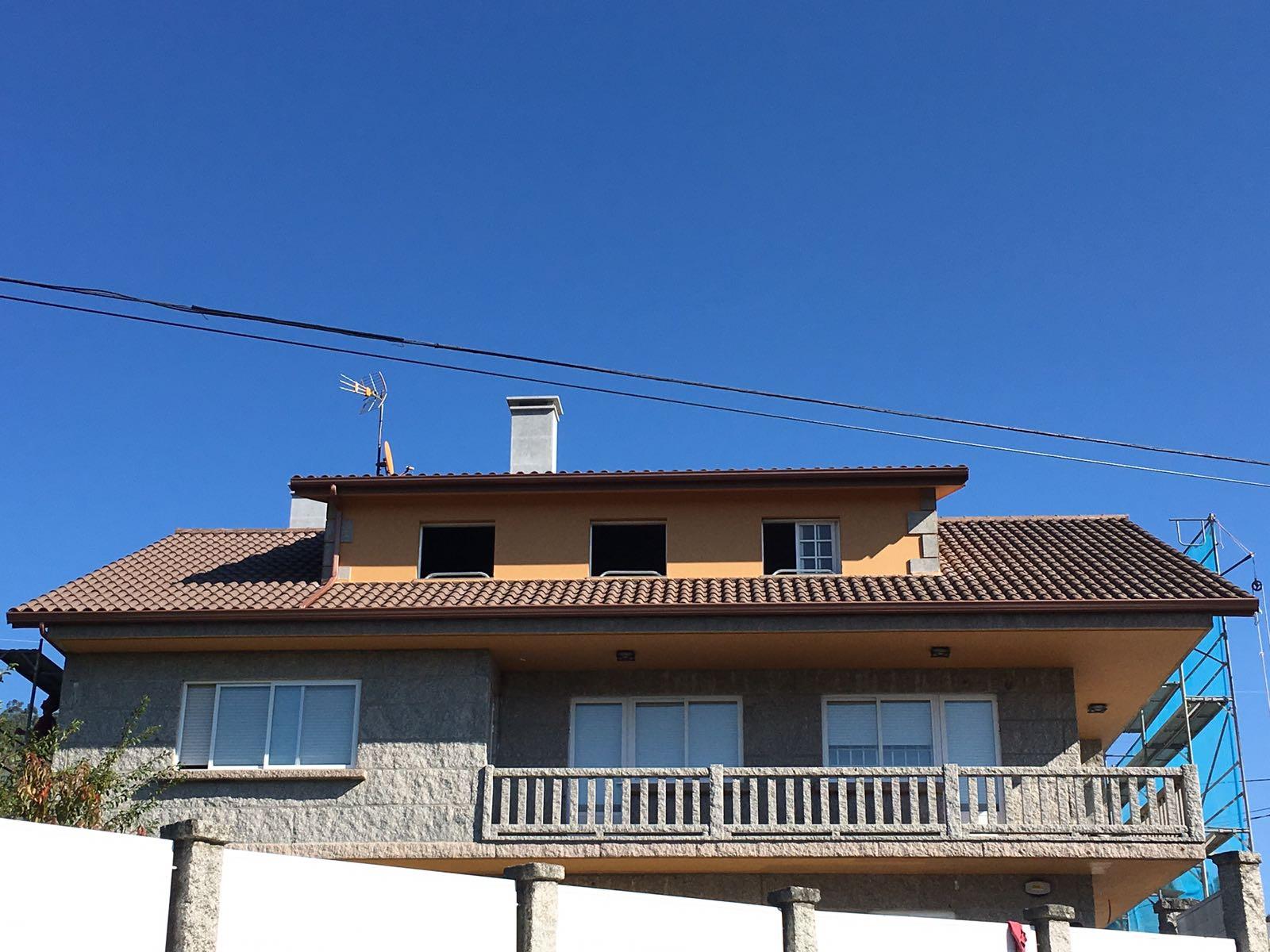 Construcción de tejado en teja y panel en Figueirido