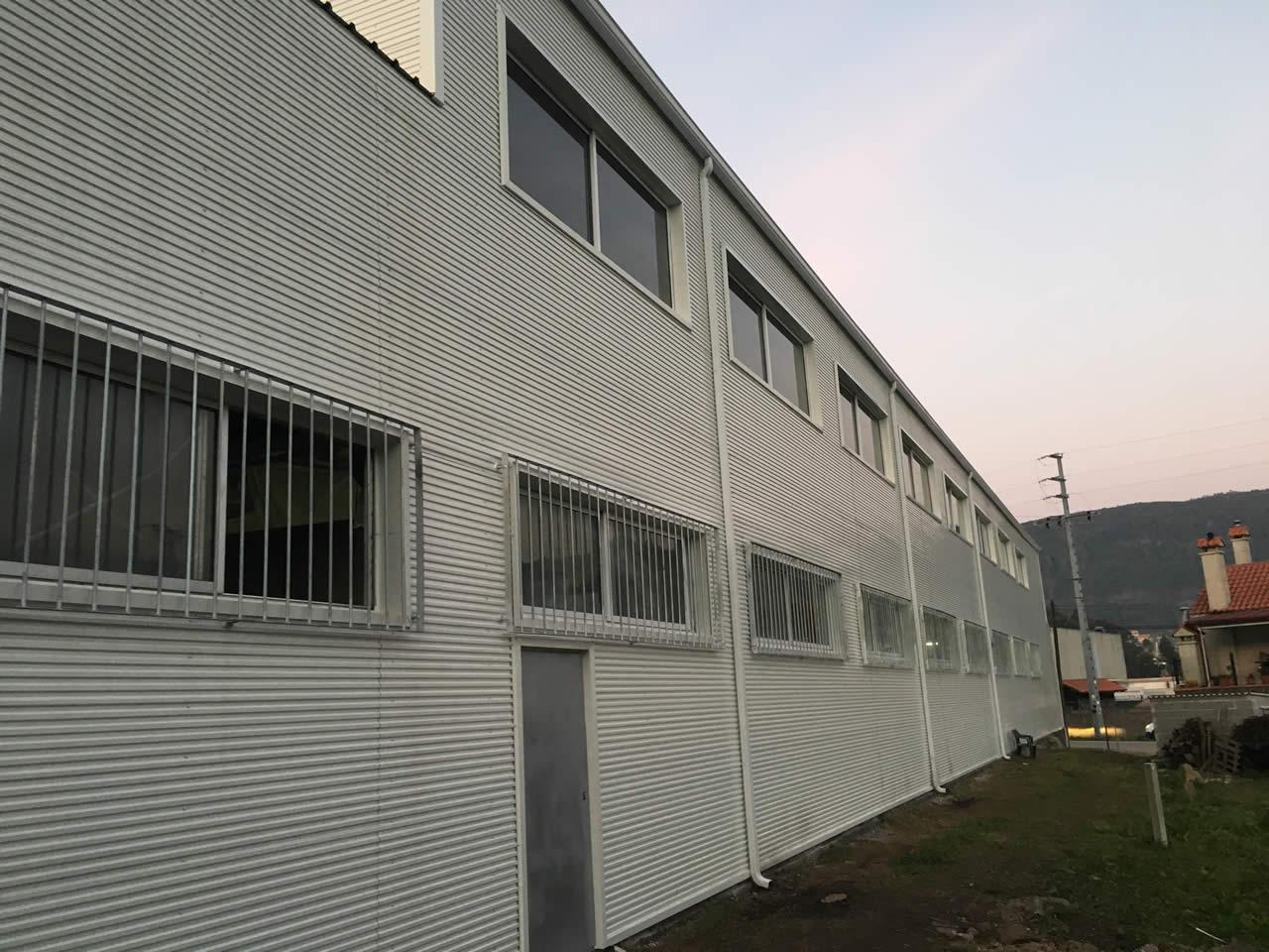 Revestimiento fachadas naves industriales pontevedra for Calefactores para naves industriales