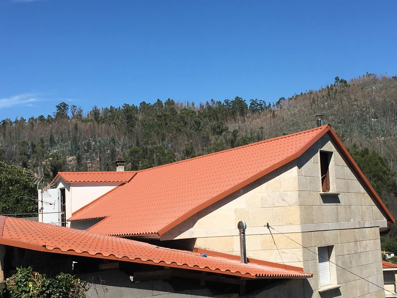 Construcción de tejado a dos aguas en Pontesampaio - Rodríguez Metal