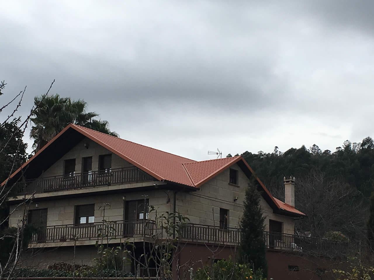 Construcción de cubierta en panel teja en Figueirido, Pontevedra - Rodríguez Metal